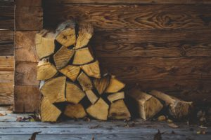Ambiance extérieure bois de chauffage et feuilles d'automnes