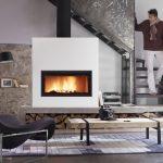 LORFLAM foyer insert bois VS120 ambiance moderne escalier acier hotte blanche socle béton conduit tuyau apparent