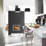 LORFLAM foyer insert bois XP68 coffre noir cuisine ilot tabouret hotte inox sol béton