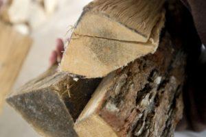Ambiance extérieur bois de chauffage porté bûcher